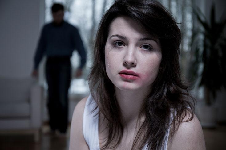 Weinende Frau mit verschmiertem Lippenstift, im Hintergrund ein Mann; Einbruchsprävention Kurtz Detektei Hannover