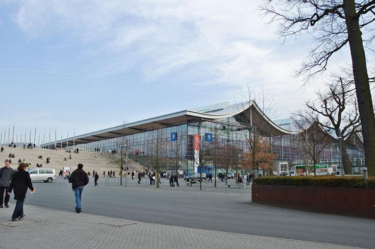 Messegelände Hannover, Halle 9, an einem klaren kühlen Tag; Kurtz Detektei Hannover