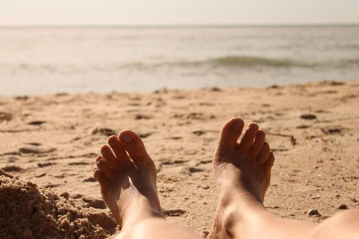 Zwei Männerfüße auf dem Sand am Strand; Mitarbeiterüberwachung Kurtz Detektei Hannover