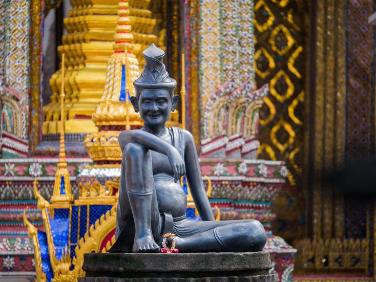 Statue eines Eremiten vor Wat Phra Kaeo, dem Tempel der Könige in Bangkok, Thailand; Kurtz Detektei Hannover