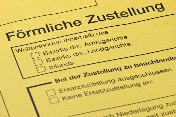 """Gelber Brief des Gerichts mit Schriftzug """"förmliche Zustellung""""; Kurtz Detektei Hannover"""