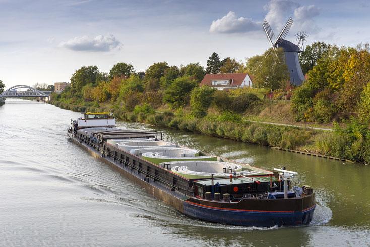 Transportschiff auf dem Mittellandkanal bei Hannover, im Hintergrund eine alte Windmühle und ein Wohnhaus; Kurtz Wirtschaftsdetektei Hannover