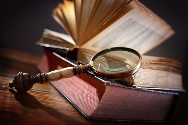 Lupe auf antikem Buch; Detektiv Bremen, Detektei Bremen, Privatdetektiv Bremen