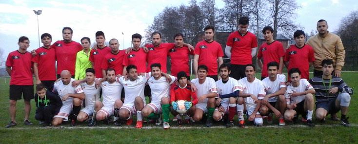 Das Freundschaftsspiel bestreiten die Mannschaften Aryana in Weiß und die Gäste aus Brunsbüttel in Rot.;