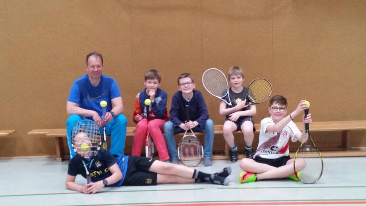 Die Tennis-AG: Nicolas N., Herr Arnold, Florian N., Anton B., Niklas R., Florian L.    Foto: lou