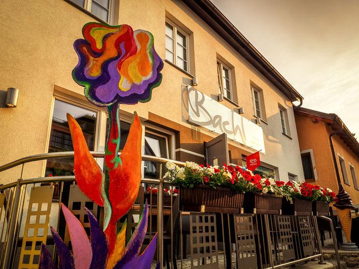 Bäckerei Bachl Terrasse mit Blumen bei Sonnenuntergang