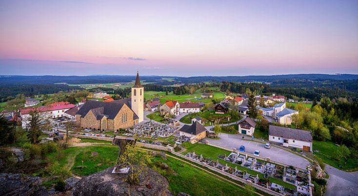 Bad Traunstein vom Wachtstein aus gesehen mit Kirche von Josef Elter gebaut und dem Georgshaus bei Abendstimmung
