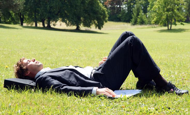 Businessmann im Park; Stundenbetrug, Detektei Bielefeld, Wirtschaftsdetektiv Bielefeld