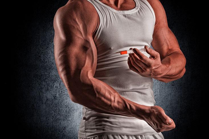 Muskulöser Mann spritzt sich eine Substanz in den Oberarm; Privatdetektiv Frankfurt