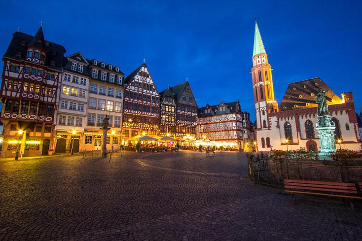 Frankfurter Römer mit Gerechtigkeitsbrunnen bei Nacht; Kurtz Privatdetektei Frankfurt