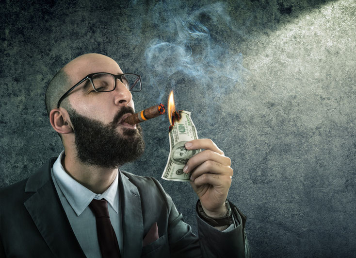 Mann im Anzug zündet sich eine Zigarre mit einem Geldschein an; Kurtz Detektei Frankfurt, Detektiv Frankfurt