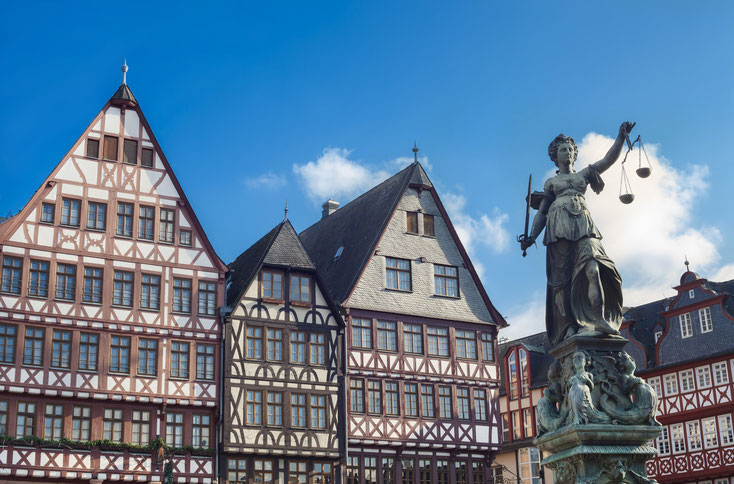 Fachwerk am Frankfurter Römer, Statue der Justitia, Verbrechen Frankfurt Main, Detektei Frankfurt am Main