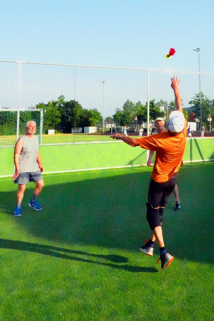 Foto 8: Jürgen in Aktion: Er stellt den Ball für Bernd. Foto Rudolf Weichsel