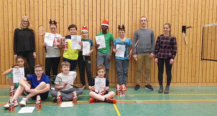 Mit einem Nikolausturnier verabschiedete sich die Trainingsgruppe der Jüngsten mit ihren Trainierinnen Nina(links)  und Nadine, sowie deren Bruder Kilian (rechts) in die Weihnachtspause.