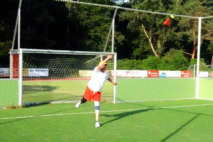 Foto 2: Aufschlag beim INDIACA-Spiel: Hans-Willi Korf in Aktion, Foto Rudolf Weichsel
