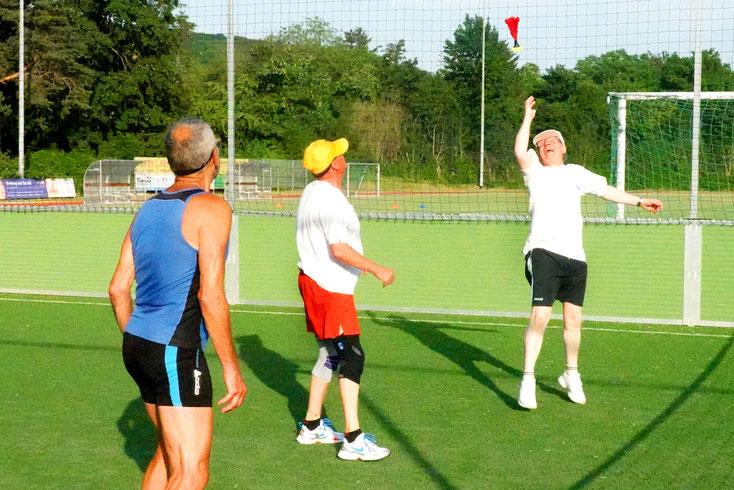 Foto 7: Eine neue Szene: Der Federball senkt sich langsam. Klaus springt hoch und kann erfolgreich schmettern. Foto Rudolf Weichsel