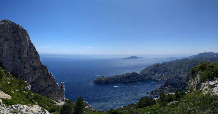 L'arête de Marseille se découpe sur le mer à gauche de la photo