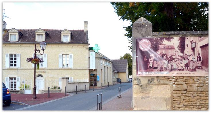 L'ancienne école des filles (maison à gauche, en 2018, et sur l'affiche de droite, vers 1910)