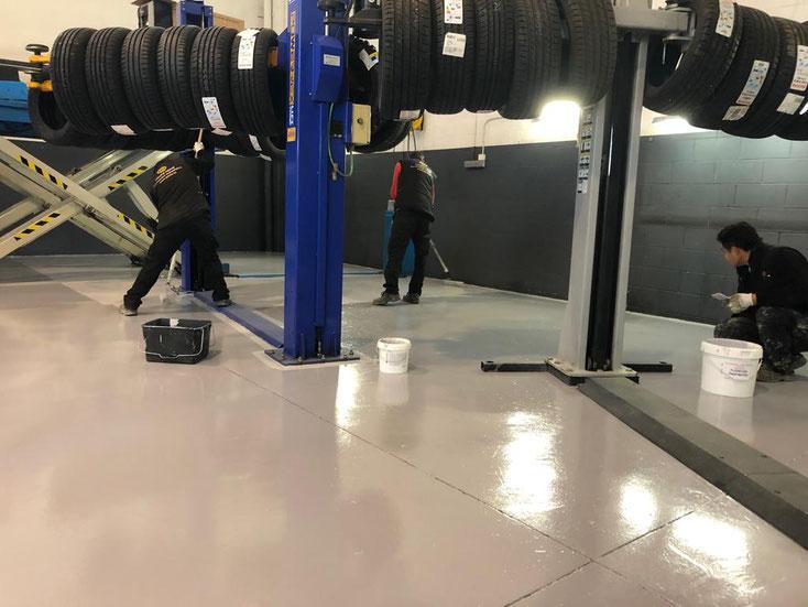 GRUPO PAVIN - Pavimentos industriales | Pavimentos industriales para talleres de coches - Segunda capa de resina a rodillo