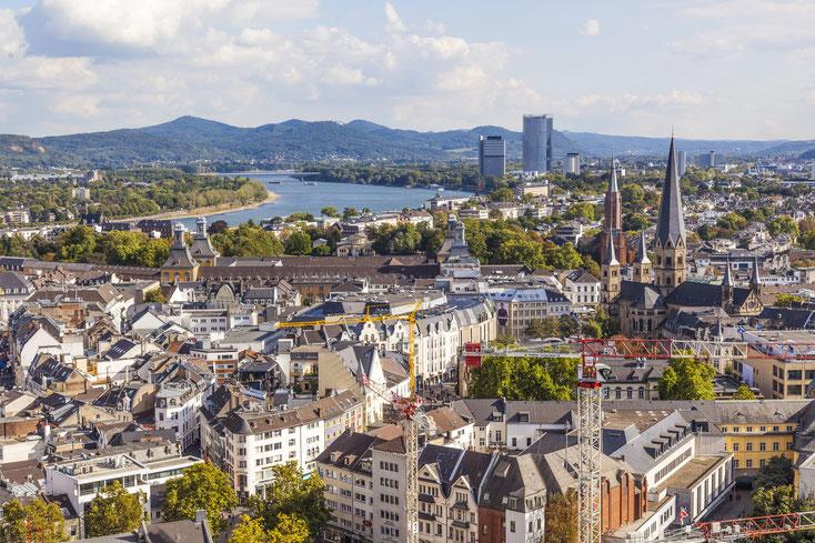 Luftansicht der Bonner Innenstadt mit Blick auf den Rhein; Privatdetektive der Kurtz Detektei Bonn.