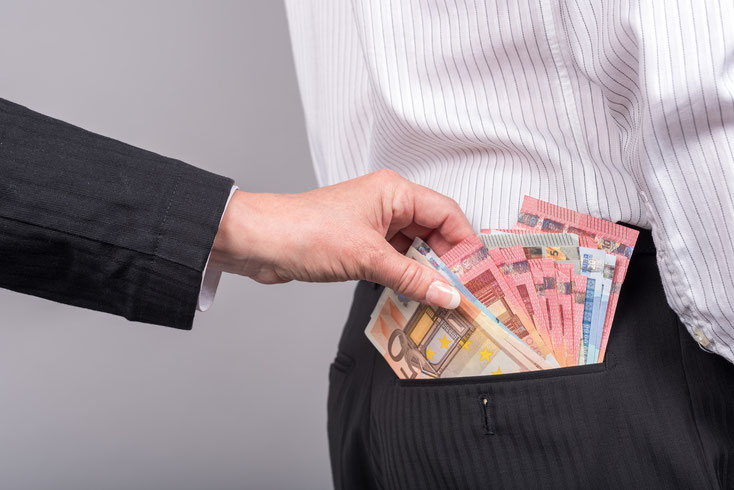 Frau zieht Mann im Anzug Bargeld aus der Gesäßtasche; Wirtschaftsdetektei Koblenz, Wirtschaftsdetektiv Koblenz, Wirtschaftsermittler Koblenz
