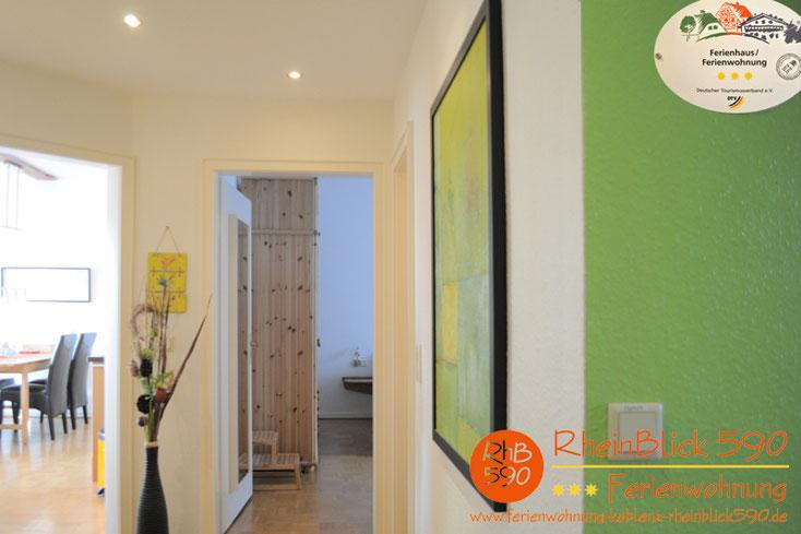 image: L`entrée, á gauche la salle de séjour, à droîte la chambre à coucher
