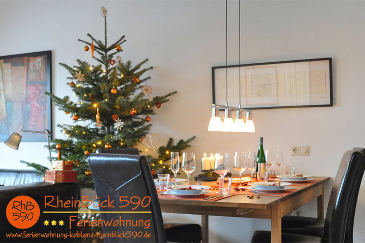 Image: La salle de séjour, l`abre de Noel, la table dressée