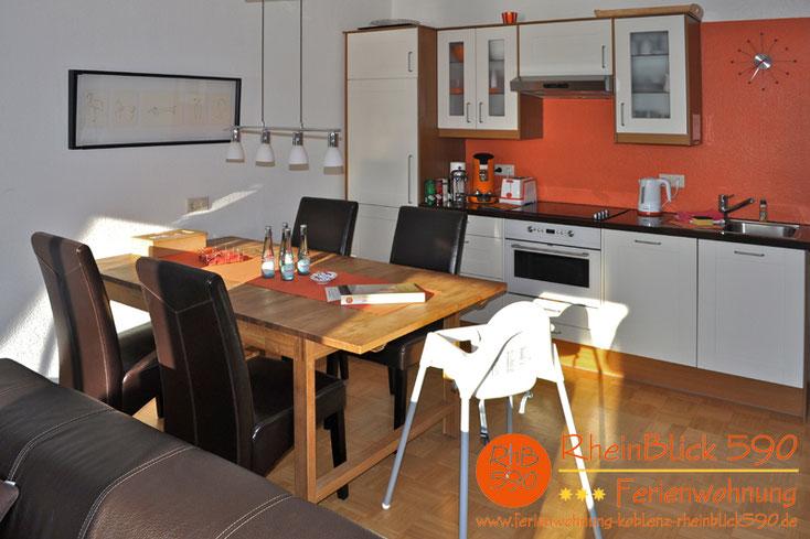 Bild: Ferienwohnung Koblenz RheinBlick 590, Essplatz mit Kinderstuhl und Küche