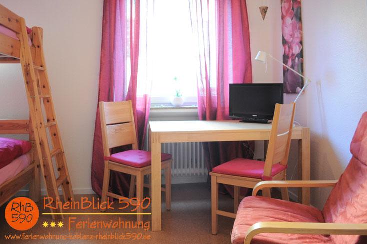 Image: La deuxième chambre á coucher avec la table et la télé