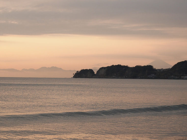 由比ヶ浜から見た稲村ヶ崎