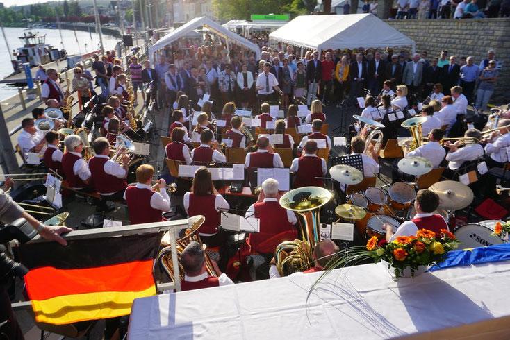 2018 - Unterzeichnung des neuen Fährvertrags unter Mitwirkung der beiden Musikvereine