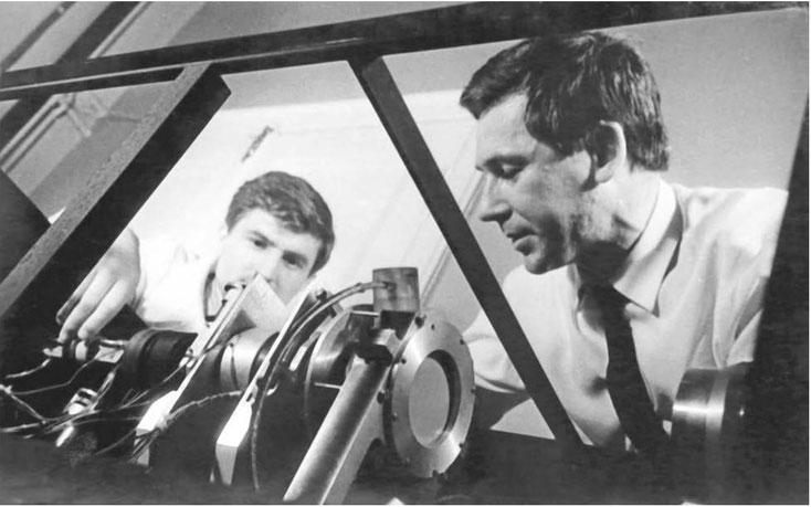 1967 год. Владимир Шкунденков (справа) в возрасте 29 лет. Создание сканера АЭЛТ-1, основанного на применении управляемой от компьютера электронно-лучевой трубки