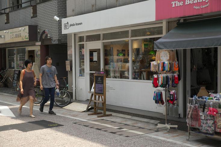 写真屋フォトカノンの店の前