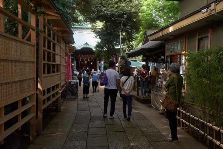 戸越八幡の参道。若い男女、高齢の女性が歩いている。