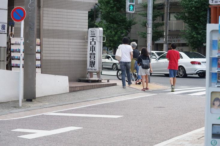 戸越銀座商店街が中原街道に突き当たるとこと。四人の歩行者。