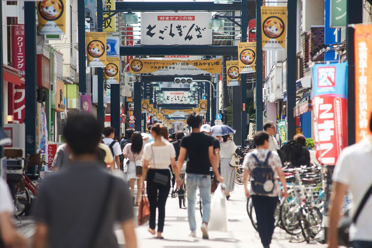 戸越銀座商店街を沢山の人たちが歩いている。
