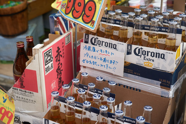 店頭に置かれたコロナビール。「冷蔵庫にキンキンに冷えたビールあります!!ぜひお試しみて下さい!!」と張り紙