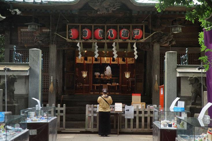 戸越八幡の拝殿。女性が参拝している。