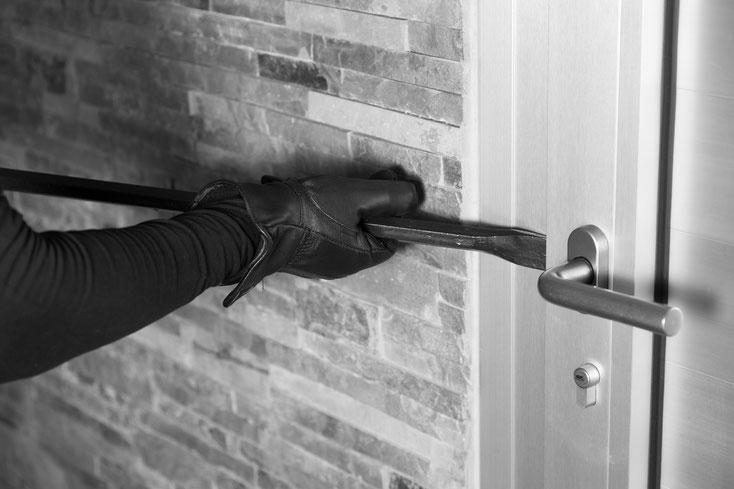 Einbrecher setzt Stemmeisen an einer Tür an; Kurtz Detektei Nürnberg