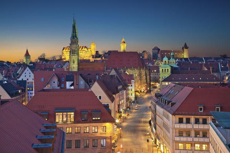 Nürnberg Fußgängerzone von oben kurz vor Sonnenaufgang. Straßen sind leer. Kurtz Privatdetektei Nürnberg.