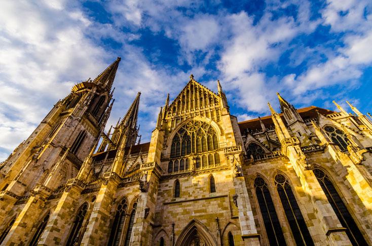 Regensburger Dom bei klarem Wetter, Nahaufnahme, von der Sonne angeschienen; Detektei Regensburg