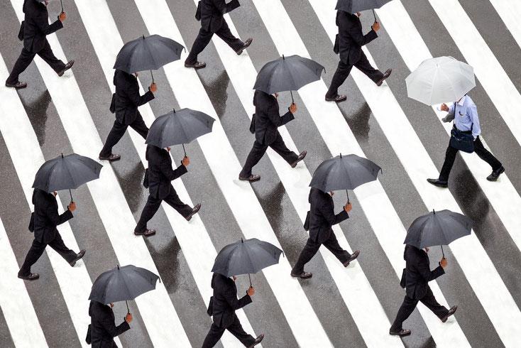Mann läuft gegen den Strom; Detektei Nürnberg, Wirtschaftsdetektei Nürnberg, Detektiv