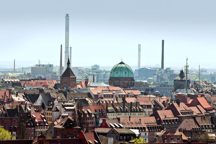 Nürnberger Südwesten, im Vordergrund Fachwerk-Baustruktur mit der auffälligen grünen Kuppel des Observatoriums als Hauptanziehungspunkt, im Hintergrund Industrieanlagen mit zahlreichen Schloten; Detektive der Kurtz Detektei Nürnberg