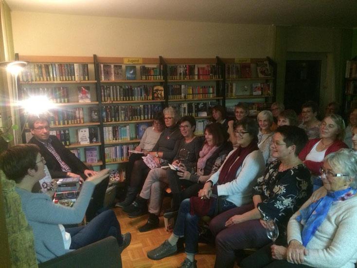 Gespanntes Zuhören während der Buchpräsentation.