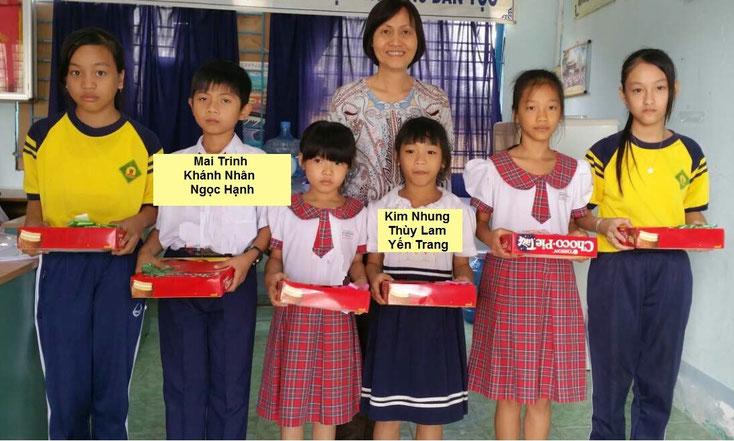 Phát quà ước mơ cho các em trường tiểu học Bình Khánh