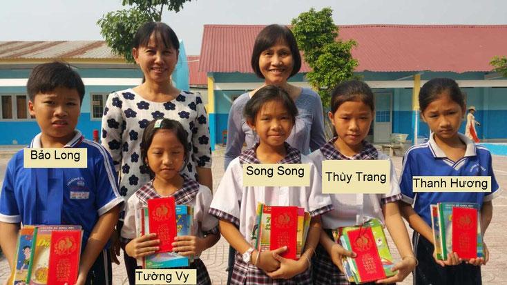 Cô Lan, chị Ngọc Anh cùng 5 em học sinh nhận quà