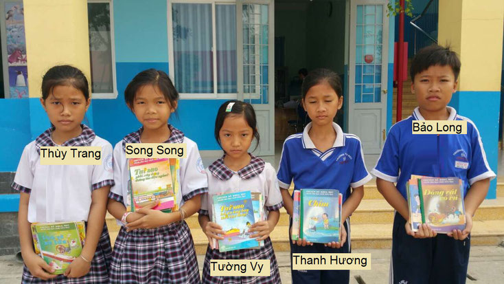 Students from the primary school Bình Mỹ, Củ Chi, received illustrated non-fiction books