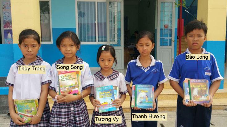 Die Kinder aus der Grundschule Bình Mỹ, Củ Chi, bekommen illustrierte Sachbücher