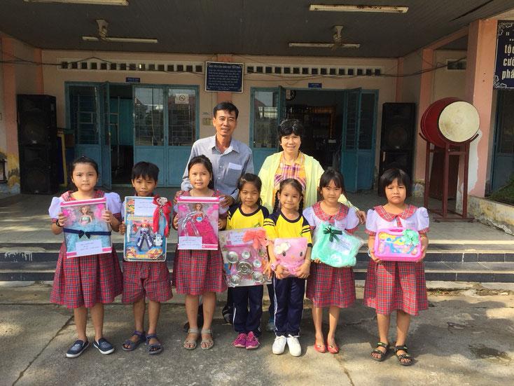 Grundschule Bình Khánh, Herr Lehrer Nguyễn Anh Thi und die Kinder (von links nach rechts) Nguyên Bình, Minh Thiện, Như Ý, Yến Qui, Bảo Ngọc, Phương Quỳnh, Thanh Như
