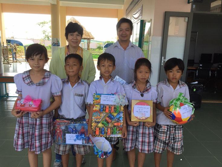 Cùng thầy Dương Xuân Thông phát quà ước mơ cho các em trường tiểu học Hòa Hiệp (từ trái qua) Bảo Thi, Minh Lộc, Xuân Khang, Ngọc Mai, Thanh Trọng